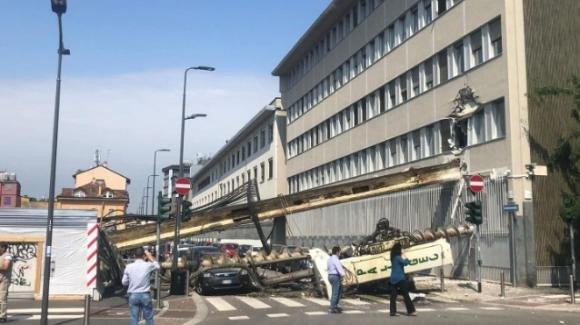 Milano, crolla trivella di oltre 10 metri: non ci sono feriti o vittime