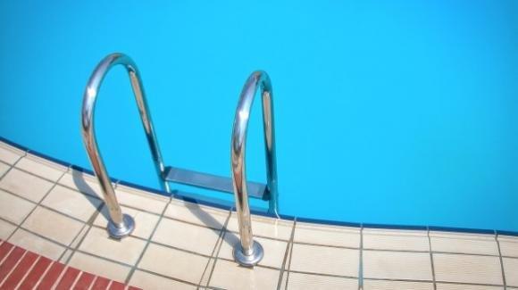 Viareggio: bambino autistico senza cuffia, negato il bagno in piscina