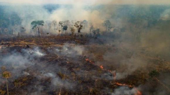 Amazzonia sotto attacco, deforestazione, cambiamenti climatici e genocidio degli indios