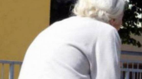 Torino, anziana vaga in strada chiedendo aiuto: non mangiava da 12 ore, salvata dai poliziotti