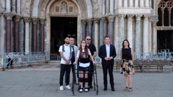 La forza di Alice Leccioli: a spasso per Venezia con il suo esoscheletro