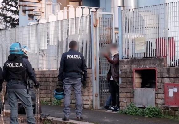 Roma, richiedente asilo positivo all'Aids sputa sangue sugli agenti della Polizia