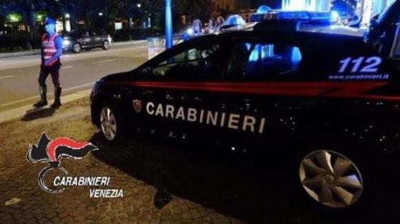 Venezia, vede il figlio davanti a un film a luci rosse: lo prende a bastonate e lo manda in ospedale