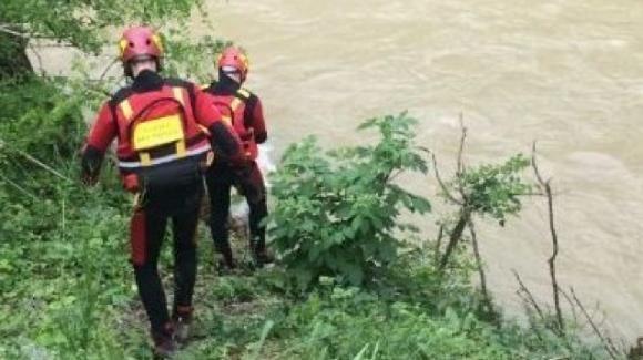 Torino, 18enne cade nel Po: soccorsa da una passante. Si pensa al suicidio
