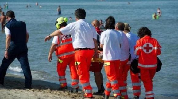 34enne muore in viaggio di nozze: crolla in spiaggia mentre è al mare con la moglie