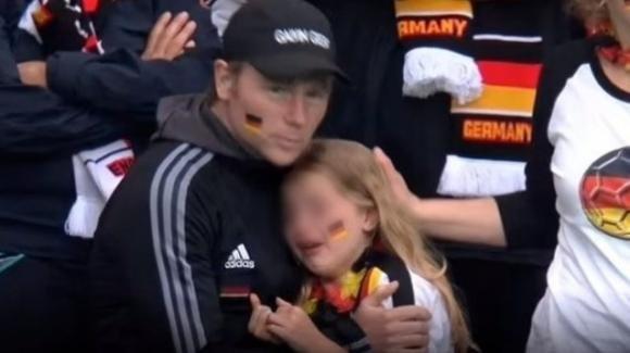 """La piccola tifosa tedesca insultata sul web rifiuta il risarcimento: """"Datelo all'Unicef"""""""