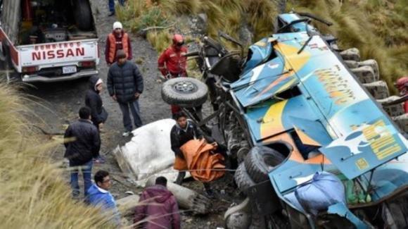 Bolivia, bus cade in un burrone: accertati 34 morti