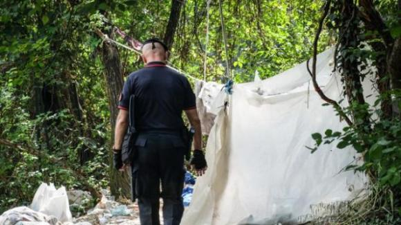 """Milano, giovane trovato morto nel """"bosco della droga"""" a Rogoredo: è overdose"""