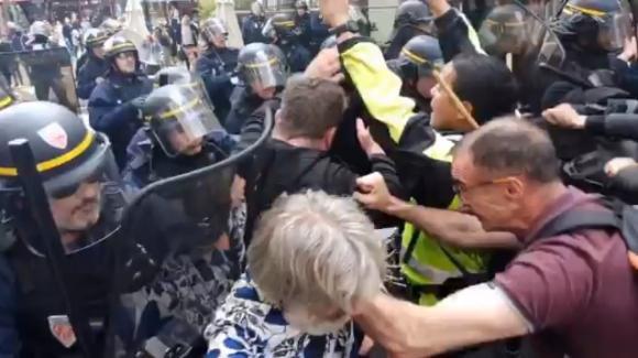 Francia, esplode la rabbia della popolazione contro l'obbligo del Green Pass