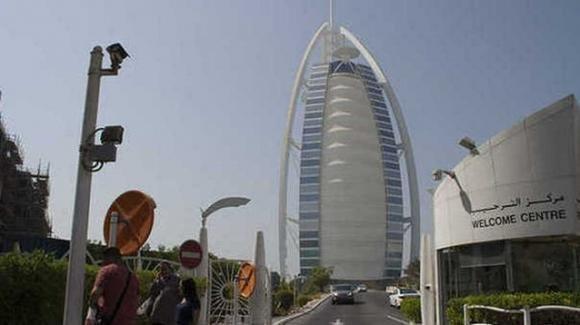 Dubai, 300 studenti italiani minorenni bloccati a causa di un focolaio di Covid-19: 11 positivi