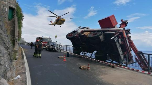 Costiera Amalfitana, camion con la gru si ribalta: operaio precipita sugli scogli