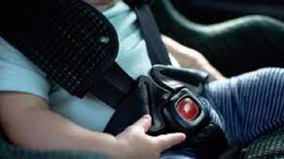Bimba di 2 anni muore di caldo in auto: la baby sitter l'aveva dimenticata per ore