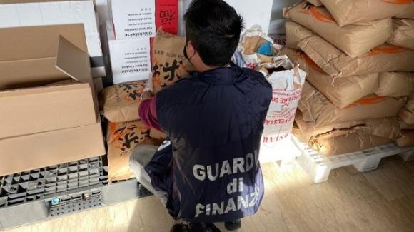 Scoperta agghiacciante in un ristorante cinese: pestavano con i piedi i cavoli per gli involtini primavera