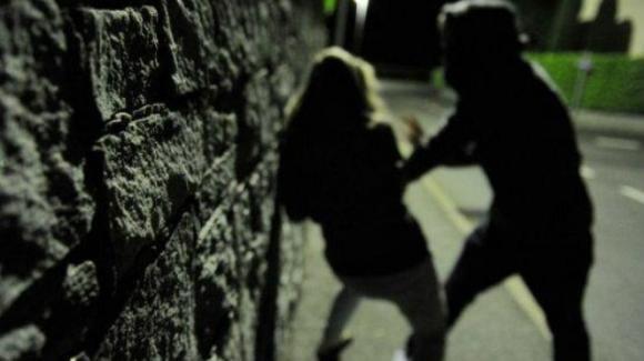 """Ravenna, tenta di violentarla, ma la turista gli sferra un pugno: """"Ho addestramento militare"""""""