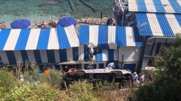 Capri, bus precipita su un lido: morto il conducente, 19 i feriti