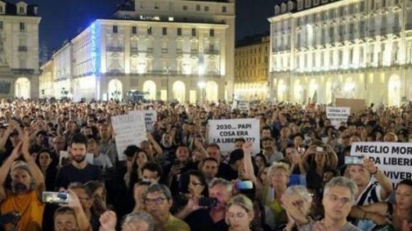 """Torino, prime proteste per il green pass: """"Facciamo vedere a tutti cosa vuol dire essere liberi"""""""