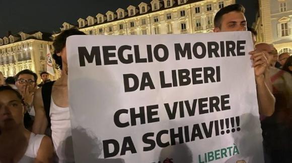 """Torino, proteste contro il Green Pass: i giovani no vax dicono """"no"""" alla """"dittatura sanitaria"""""""