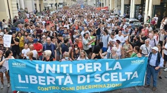"""Nuove proteste per il green pass: """"Non vaccinati = ebrei"""""""