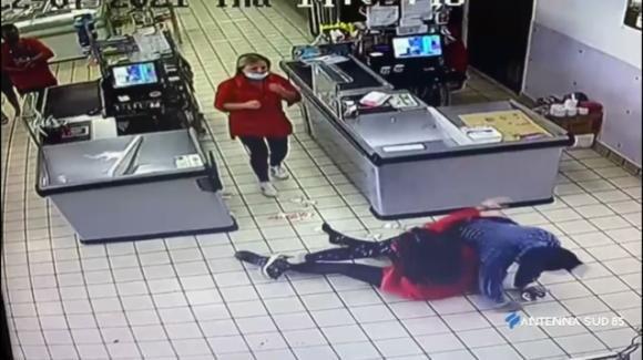 Brindisi, bandito armato di coltello entra in un supermercato: la cassiera reagisce e limita i danni