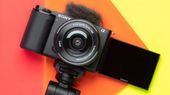 Sony ZV-E10: ufficiale la mirrorless compatta per gli amanti dei vlog