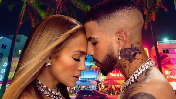 """""""Cambia el paso"""", Jennifer Lopez e Rauw Alejandro conquistano l'estate"""