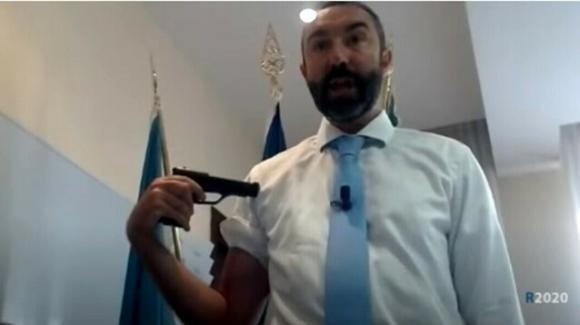 """Roma, politico no vax si punta una pistola al braccio e critica i vaccini anti Covid: """"Roulette russa"""""""