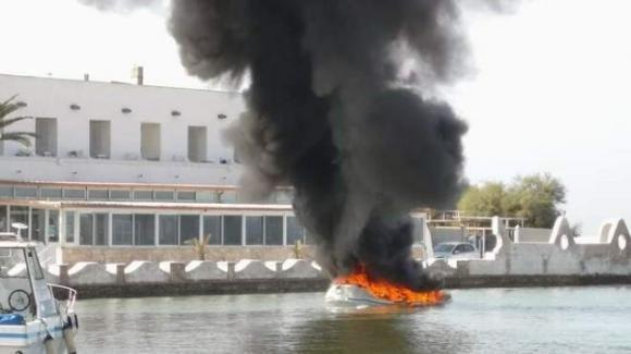 Lecce, gommone per escursioni va a fuoco a Porto Cesareo: paura per i turisti a bordo