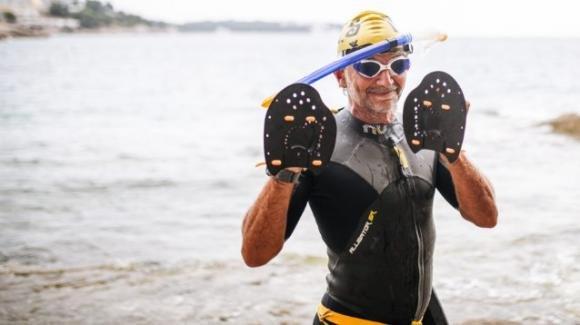 """Percorre 140 km a nuoto da Pola a Cervia: """"Teniamo il mare pulito"""""""