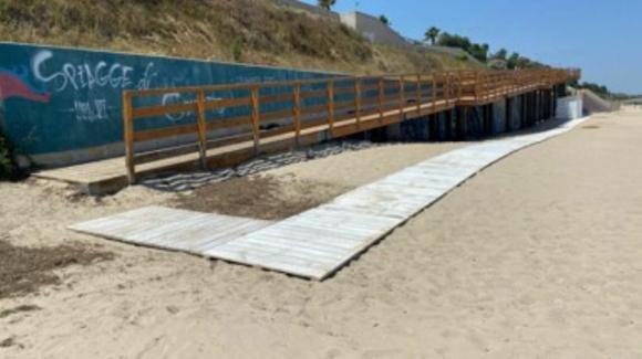 Brindisi, teppisti distruggono in spiaggia la passerella per i disabili