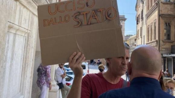 Mantova, svolti i funerali del medico suicida Giuseppe De Donno: tensione per un cartello no vax