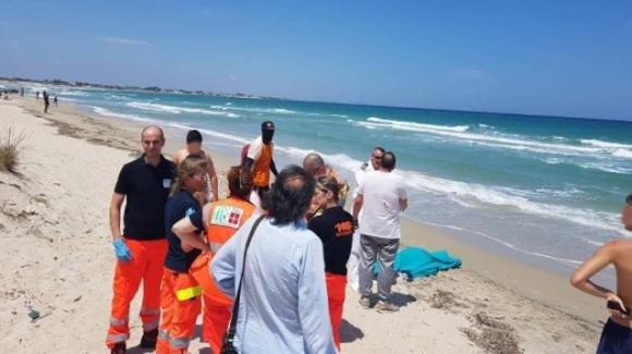 Lecce, anziano muore in spiaggia tra i bagnanti a Torre Lapillo