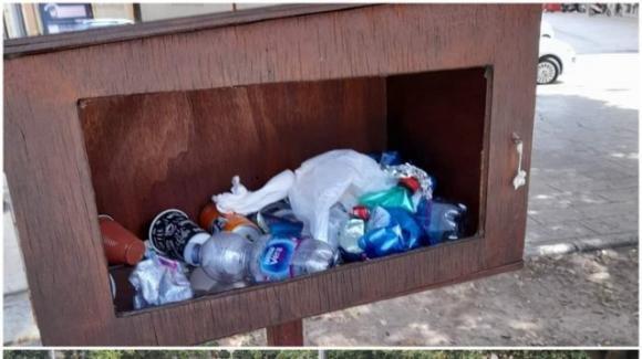 Brindisi, vandalizzata libreria book sharing: trasformata in un cestino per l'immondizia