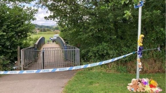 Galles, bimbo trovato morto in un fiume a 5 anni: patrigno accusato di omicidio
