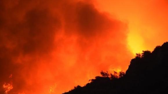 Il mediterraneo in fiamme, contunuano a divampare incendi incontrollabili