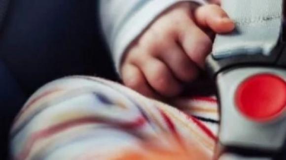 USA, lascia il figlio in auto al sole e va al centro commerciale: il piccolo muore asfissiato