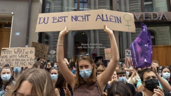 Svizzera: condanna ridotta a stupratore perché la violenza è durata solo 11 minuti, proteste nel paese
