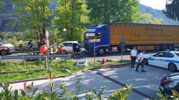 Udine, in un incidente tra auto e camion perdono la vita padre e figlia