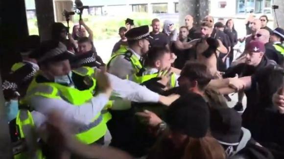 UK, manifestazioni no vax contro i media, sede della BBC presa d'assalto