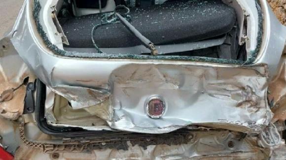 Brindisi, il cambio dell'auto si rompe sul passaggio a livello: un'auto viene travolta da un treno