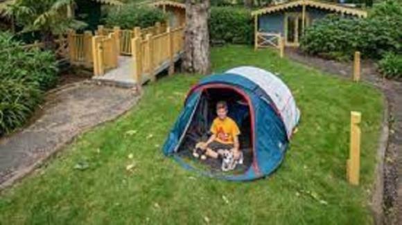 11enne dorme in tenda per 500 notti: l'impresa da record per aiutare anziani malati