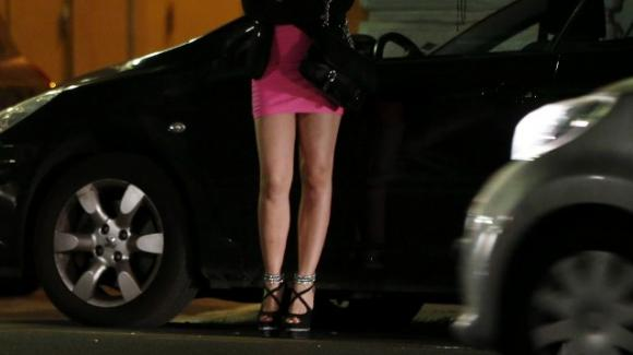 Ostia: lascia la figlia sola in strada in piena notte mentre si prostituisce, denunciata