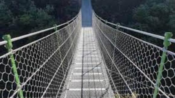 Verona, turista attraversa ponte tibetano di notte: precipita e muore