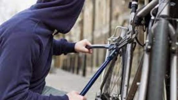 Genova, ladro restituisce bici appena rubata al proprietario: poi ne ruba un'altra