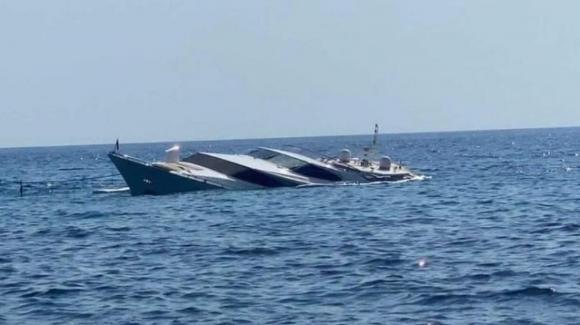 Yacht di 30 metri affonda a Ponza: turisti increduli