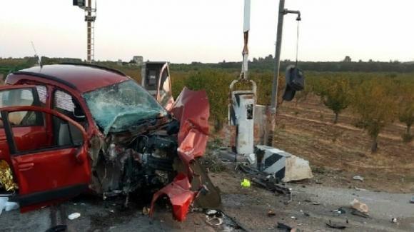 Brindisi, incidente stradale all'alba: auto contro passaggio a livello, muore una 20enne