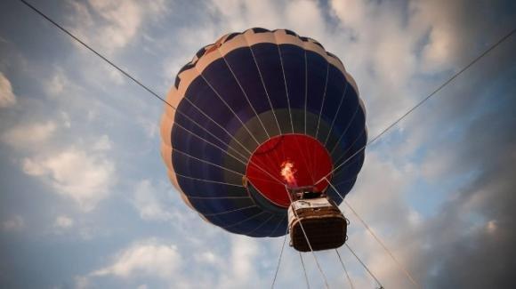 Sbalzata fuori dalla mongolfiera che pilotava, 40enne muore sul colpo