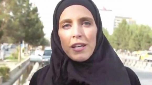 """Afghanistan Clarissa Ward, inviata Cnn aggredita dai talebani: """"Copri il volto"""""""