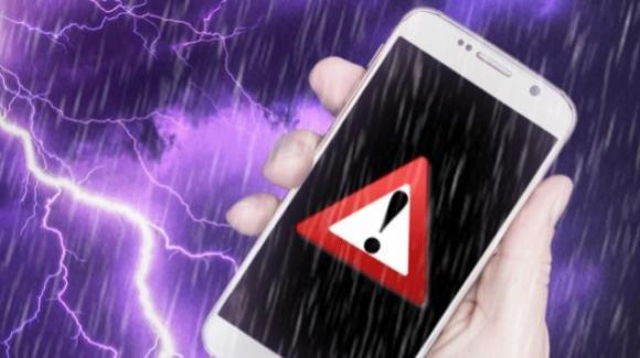 Lucca, fulmine si abbatte sullo smarphone mentre è al cellulare: 50enne rimane folgorato