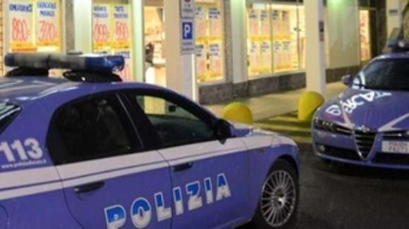 Covid follia, uomo spara alla guardia di un supermercato: vietato l'ingresso perché senza mascherina
