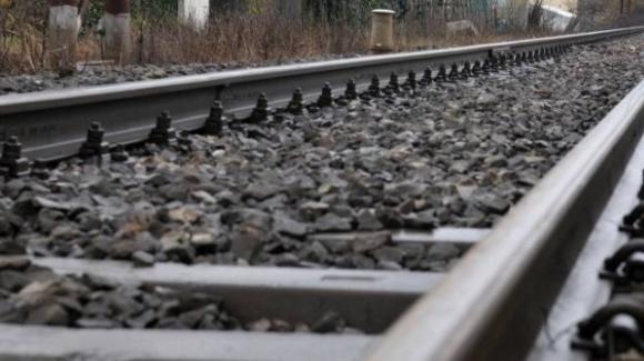 Si sdraia sulle rotaie mentre passa il treno: 58enne rimane illeso